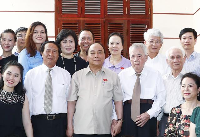 Thủ tướng Nguyễn Xuân Phúc thăm Trung tướng Đặng Kinh. - Ảnh: VGP/Quang Hiếu