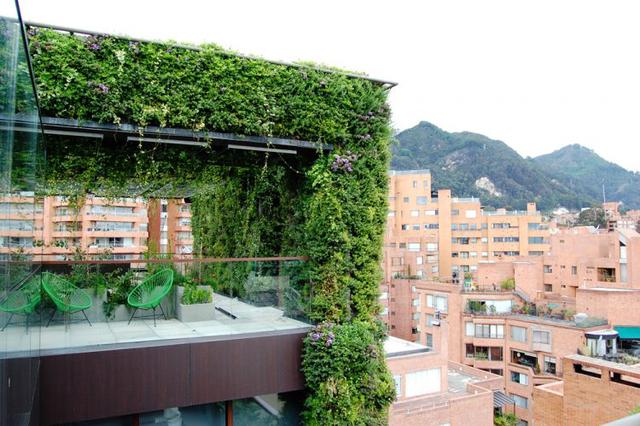 Để cây cối trong tòa nhà luôn xanh mát, các nhà thiết kế đã phải sử dụng một hệ thống tưới nước gồm hơn 40 bộ phận tưới tự động điều chỉnh theo độ ẩm và ánh sáng mặt trời.