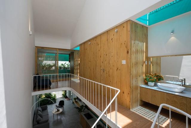 Không gian bên trong được thiết kế mở thoáng sáng và tràn ngập ánh sáng tự nhiên.
