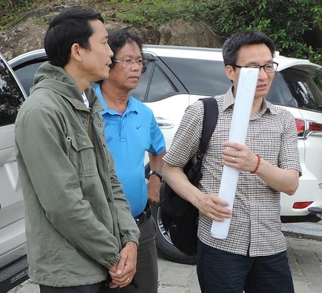 Pho thủ tướng mang theo bản đồ bán đảo Sơn Trà để đối chiếu