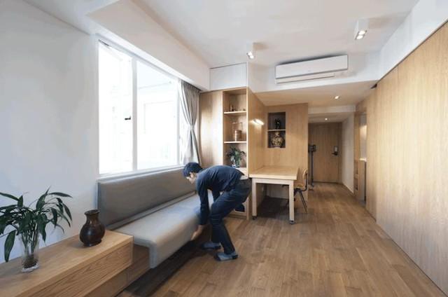Tất cả nội thất trong căn hộ này đều được làm từ gỗ mang lại cảm giác thân thiện và ấm cúng. Chiếc ghế băng dài đặt cạnh cửa sổ có thể dễ dàng tùy chính độ rộng hẹp theo ý chủ nhà.