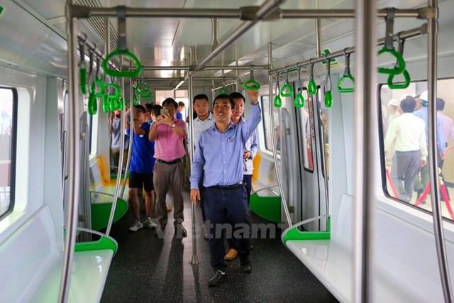 Bên trong toa tàu đường sắt đô thị Cát Linh-Hà Đông. (Ảnh: Minh Sơn/Vietnam+)
