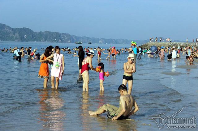 Hạ Long: Lao ra biển từ sáng sớm tránh nóng 40 độ - ảnh 6