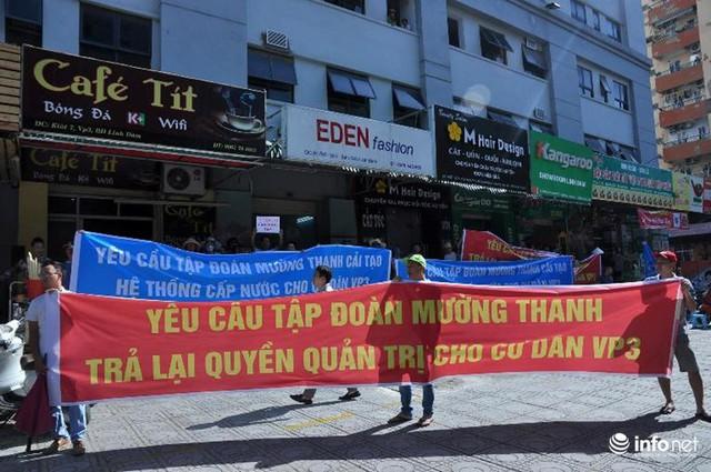 Hàng trăm cư dân chung cư VP3 bán đảo Linh đàm ở Hoàng Liệt (Hoàng Mai, Hà Nội) căng băng rôn trước sảnh tòa nhà dưới nắng nóng gay gắt.