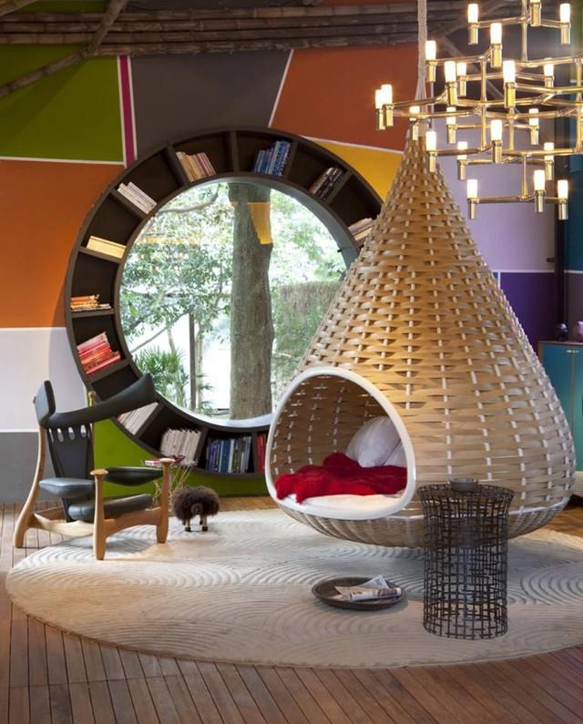 Chiếc cửa sổ tròn bằng gỗ được đóng giá sách bao quanh là nơi lý tưởng để chủ nhà đọc sách và ngắm cảnh.