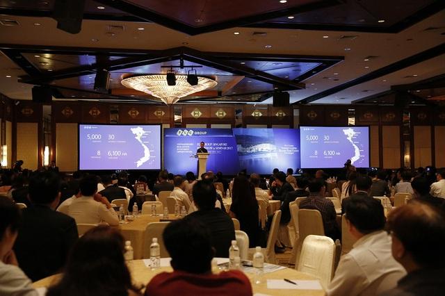 Ông Đặng Tất Thắng, Phó tổng giám đốc FLC cung cấp thông tin cho nhà đầu tư về hoạt động và quỹ dự án của tập đoàn.