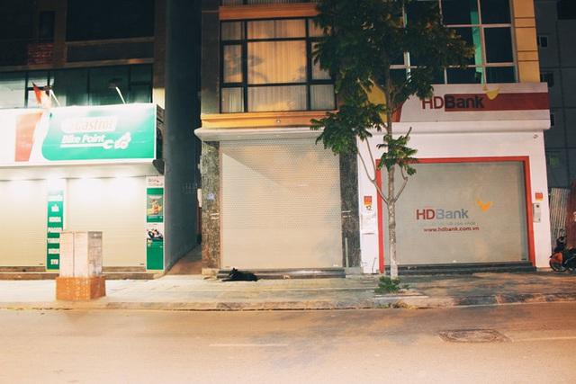Bên cạnh PGD HDBank trên phố Trương Công Giai (Cầu Giấy, Hà Nội) từng có một quán mỳ cay 7 cấp độ nhưng hiện tại đã đóng cửa im lìm.