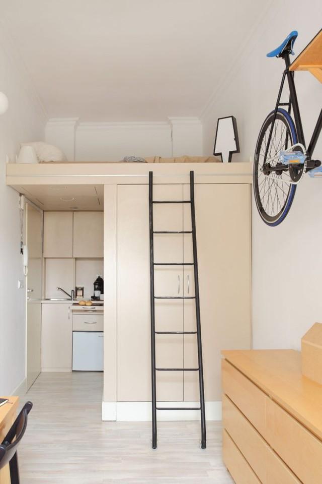 Với diện tích hạn chế nên chủ nhà lựa chọn gác xép đưa không gian nghỉ ngơi lên trên, diện tích bên dưới dành cho bếp, khu vệ sinh và tủ đựng đồ.