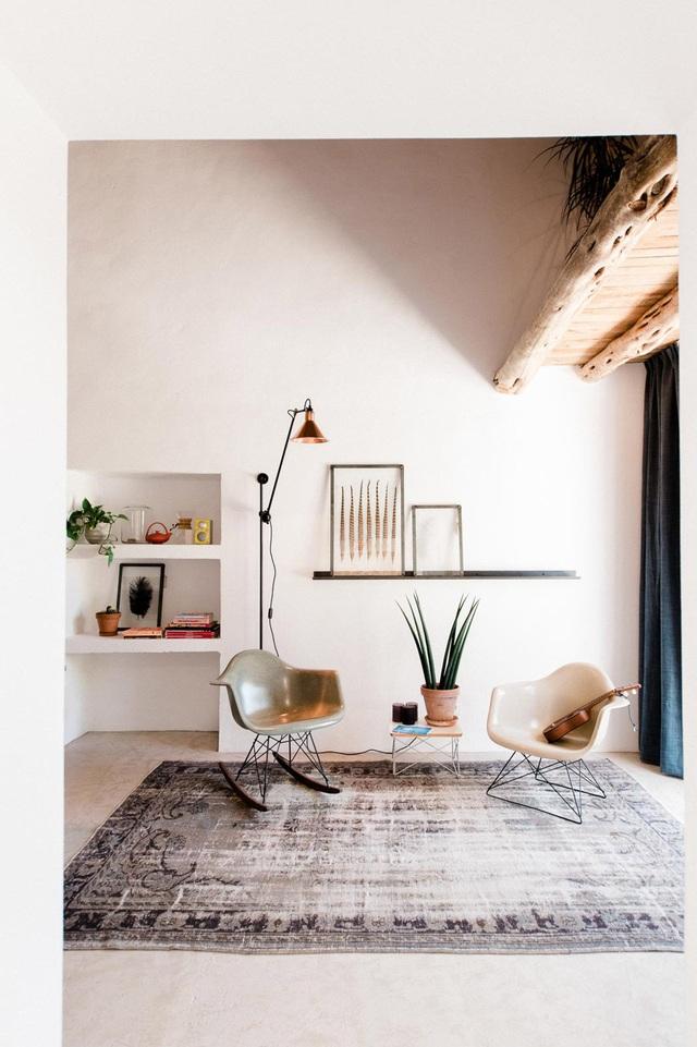 Góc tiếp khách được thiết kế nhẹ nhàng với ghế nhựa khung kim loại và ghế bập bênh. Hai chiếc ghế nhỏ nhắn cùng bàn trà mini tạo điểm nhấn đơn giản, thanh thoát cho không gian.