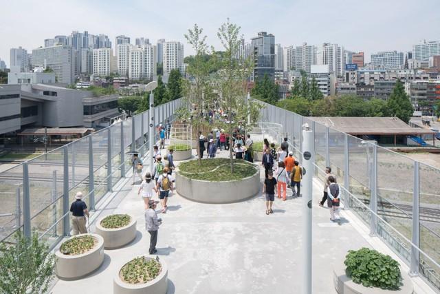 Du khách có thể đi lên công viên này bằng cầu thang đặt ở những vị trí chỉ dẫn cụ thể.