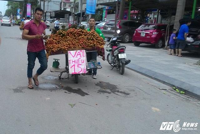 """Các biển quảng cáo """"lừa tình"""" đã xuất hiện được một thời gian tại Tp.HCM và mới chỉ manh nha xuất hiện tại Hà Nội. (Ảnh: Việt Vũ)"""