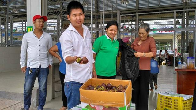 Nhiều loại trái cây ngoại cũng được kinh doanh tại chợ
