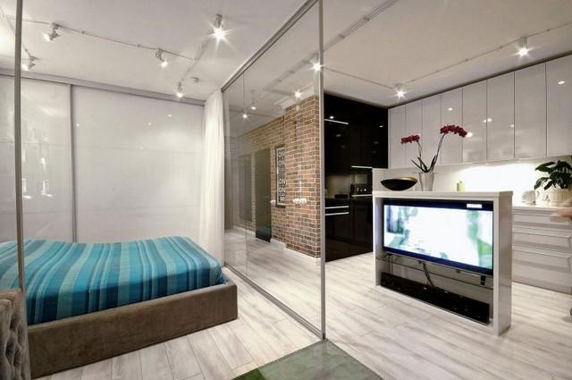 Tổng thể căn hộ cao tầng là 1 phòng lớn được chia làm phòng khách, phòng ngủ, bếp và khu vực ăn uống. Màu trắng được dùng như gam màu chủ đạo xuyên suốt không gian khiến cảm giác càng thêm thoáng rộng.