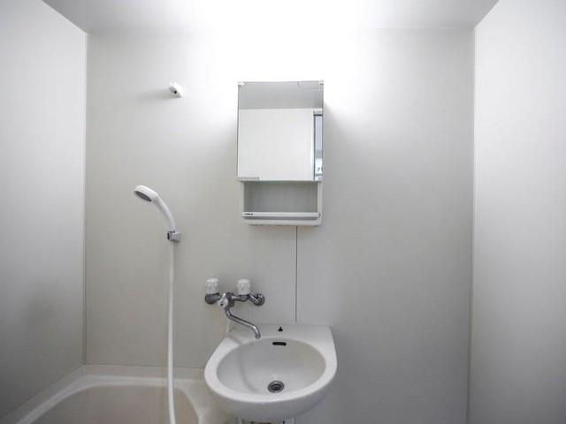Nhà vệ sinh gần như trống trơn.