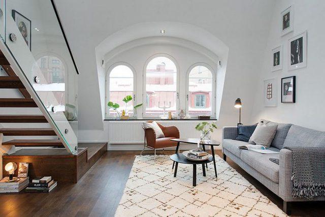 Khu vực nghỉ ngơi riêng tư của chủ nhà được đưa lên gác xép nhường lại khoảng không bên dưới cho phòng khách, bếp, khu vực ăn uống và nhà vệ sinh.