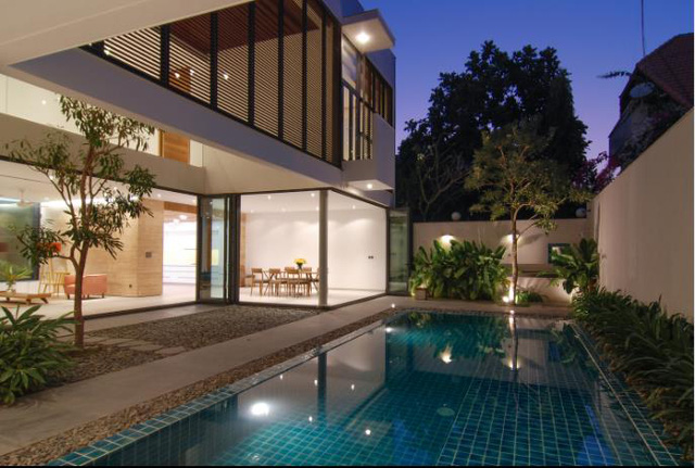 Bước vào bên trong là cả một không gian rộng thoáng, tuyệt đẹp với bể bơi trong veo ngay trước nhà.