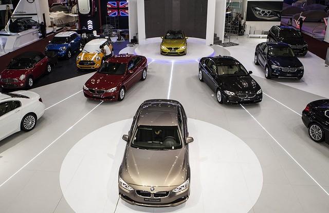 Xe sang mất đà tăng trưởng là do tác động dây chuyền từ việc xe bình dân giảm giá mạnh và khách hàng có ý chờ đợi sang 2018, thuế phí giảm mới mua xe.