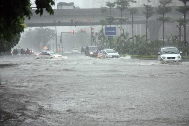 Các nẻo đường tuyến phố nhanh chóng ngập chìm trong nước.