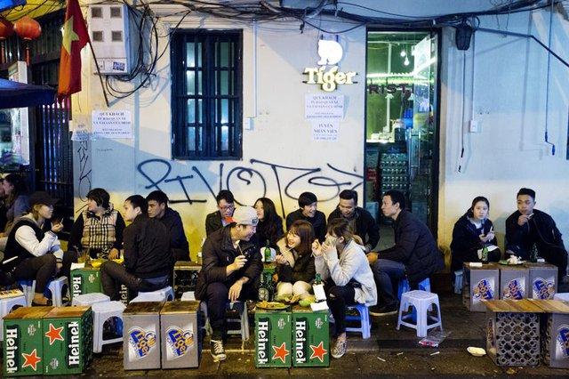 Giới trẻ rất thích ngồi ăn uống tán gẫu ở các hàng quán trong khu phố cổ Hà Nội