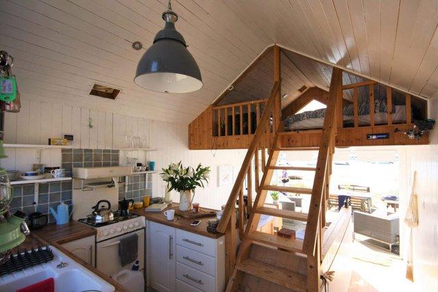 Khu bếp ăn nhỏ nhưng bố trí gọn gàng với đầy đủ tiện nghi.