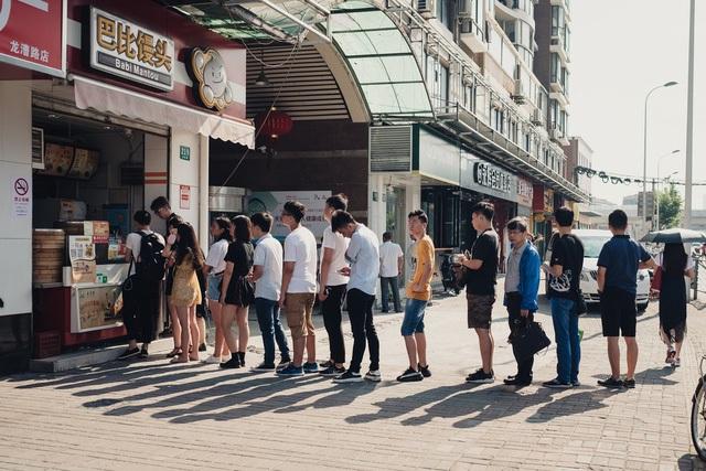 Khách hàng xếp hàng tại mà cửa hàng bán thức ăn tại Thượng Hải có hỗ trợ WeChat và Alipay