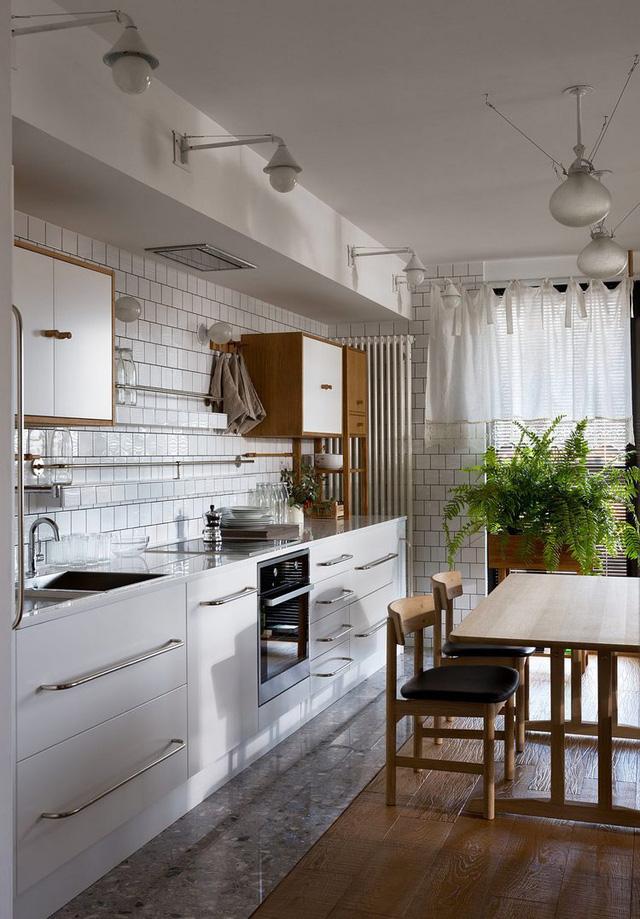 Sự thiết kế liền mạch nối tiếp giữa các không gian chức năng từ bếp đến phòng khách, phòng làm việc và khu vực nghỉ ngơi tạo tính thống nhất cho toàn bộ căn hộ.
