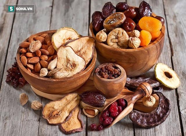 Để tránh sulfites, chọn trái cây sấy khô có màu nâu hoặc sậm