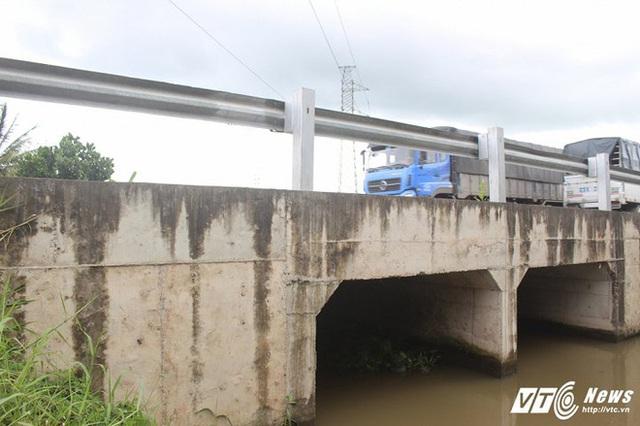 2 nắp cống được lắp song song, thay thế cho việc xây dựng cầu.