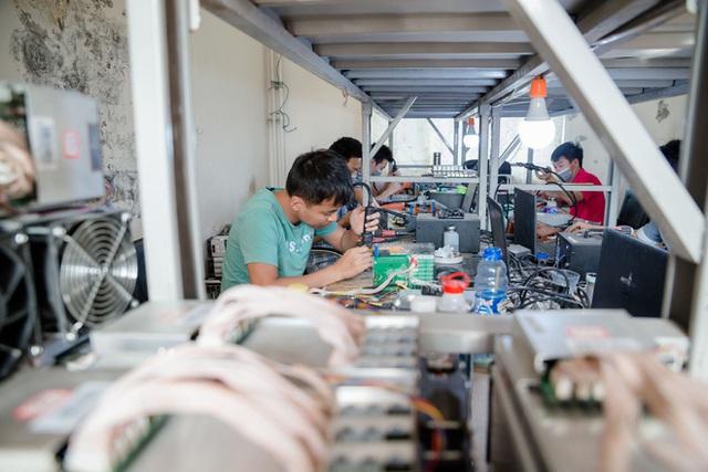 Nhân viên sửa chữa đang sửa máy ở mỏ Bitmain