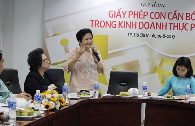 Bà Phạm Thị Huân – Tổng GĐ Công ty TNHH Ba Huân thảo luận ở tọa đàm. Ảnh: HOÀNG GIANG