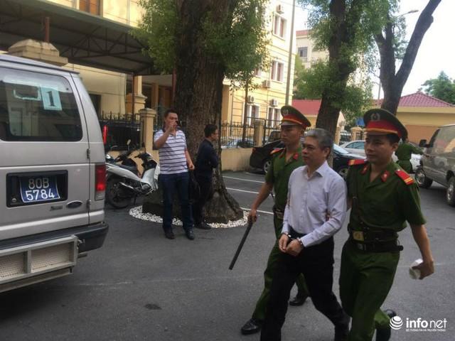 Trước đó, vừa bước xuống xe bị cáo Sơn nói cười một cách thoải mái với các chiến sỹ cảnh sát.