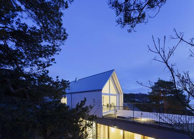 Công trình được thiết kế có tầm nhìn ra biển thơ mộng. Với rất nhiều ô cửa kính lớn, ngôi nhà lúc nào cũng tràn ngập ánh sáng mặt trời.