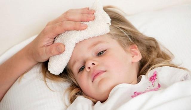 Trẻ bị sốt thường có dấu hiệu như nhiệt độ cơ thể tăng cao, ngủ mê, nhức đầu, chán ăn, đau họng, ho, đau tai, ói mửa và tiêu chảy.