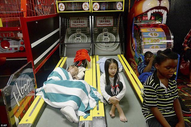 Khu vui chơi Max Bowl cùng nhiều khu vực trú ẩn khác tại Texas gần như đã chật kín những người sơ tán từ cơn bão Harvey.