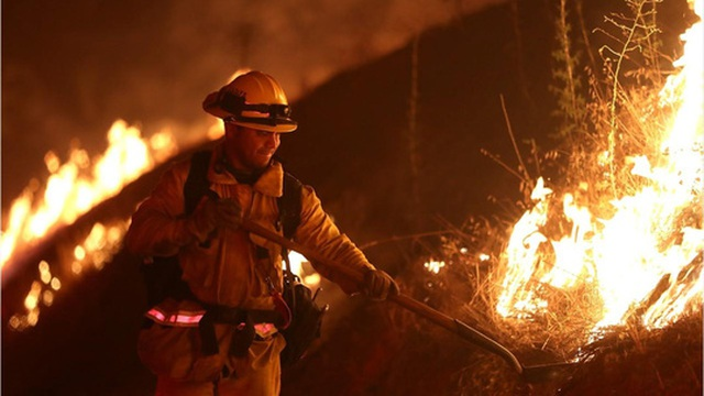 Lực lượng cứu hỏa đang khống chế đám cháy. Ảnh: Reuters