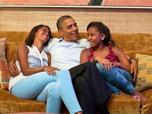 Tuy dạy con nghiêm khắc nhưng tiếng cười và niềm vui của 2 cô con gái chính là điều hành phúc nhất của ông bà Obama.