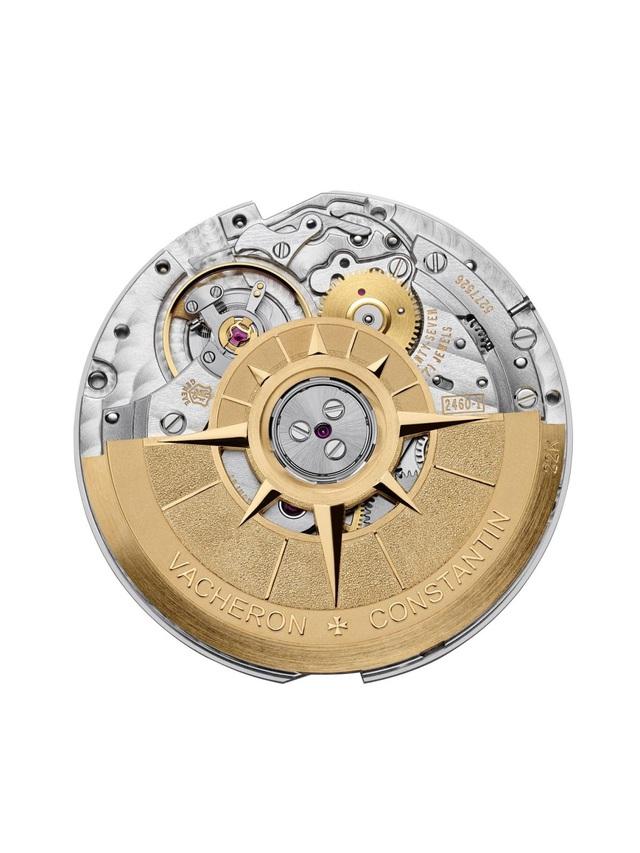 Rotor bằng vàng 22K của chiếc đồng hồ này mang ý tưởng từ chiếc la bàn - biểu tượng toàn cầu chỉ 4 phương dành cho những người du hành, trang trí hoàn thiện bằng hiệu ứng phun cát, đánh bóng và tạo thớ mịn.
