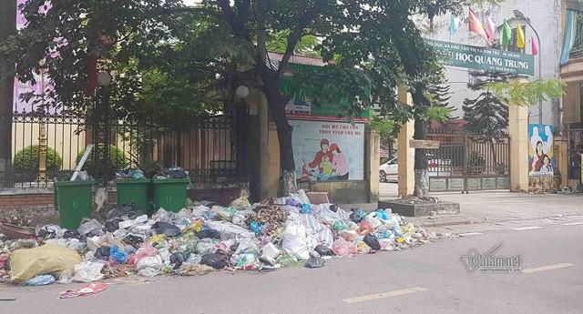 Đống rác khá lớn được đổ ngay trước cổng trường tiểu học Quang Trung