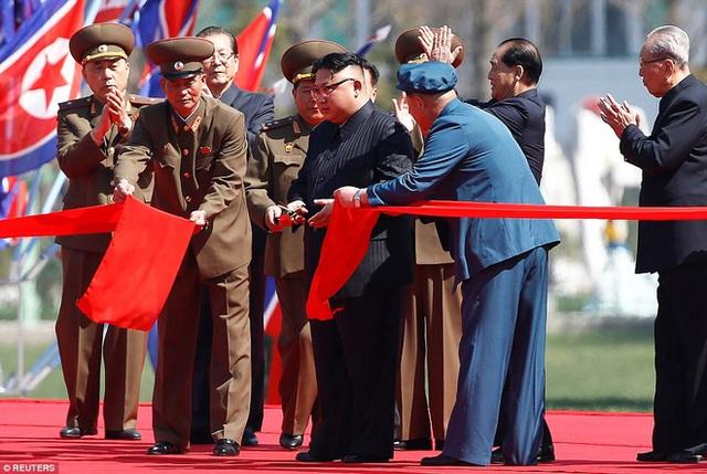 Lãnh đạo Kim Jong Un cắt băng khánh thành khu phức hợp cao tầng hơn 230m ở Bình Nhưỡng, tháng 4/2017 (Ảnh: Reuters)