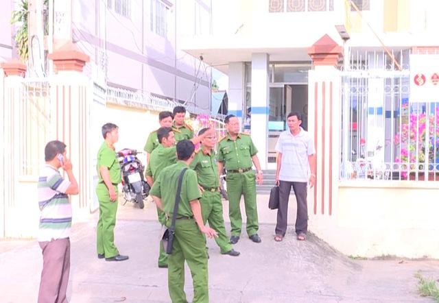 Công an khám nghiệm hiện trường vụ cướp ngân hàng ở Vĩnh Long