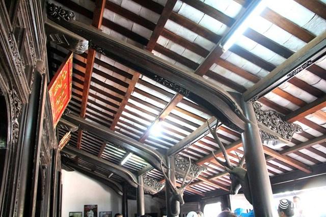 Ngôi nhà thi công theo kiểu 3 gian, 2 chái gồm 36 cột tròn. Mái ngói âm dương dài thoai thoải và thấp có đậm nét nhà truyền thống người Việt. Trên nóc nhà có hồi văn, hình bát quái. Loại nhà này có nhiều thế mạnh so có một vài nhà cổ truyền khác vì có bộ khung sườn cứng cáp, lòng nhà rộng rãi.