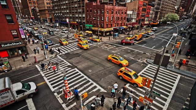 Ở rất nhiều thành phố, quốc gia đèn đỏ được phép rẽ phải và tài xế phải rẽ ngay chứ không được dừng dỗ ở làn rẽ trên đường.
