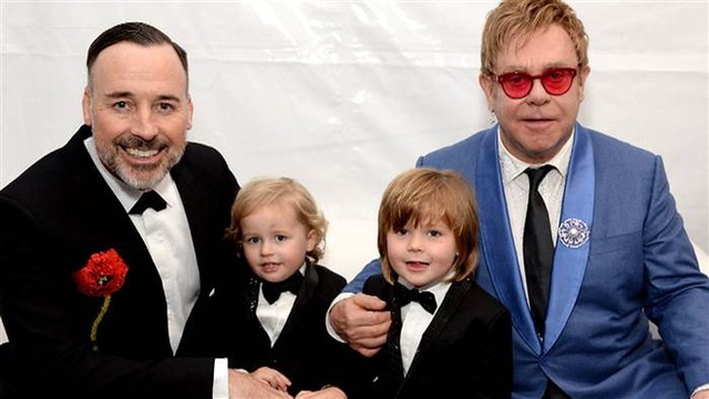 Elton John và David Furnish bên hai con.