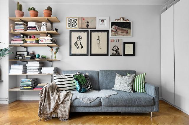 Góc tiếp khách được bố trí dễ làm có ghế sofa dài sát tường. Đây là không gian hoàn hảo không chỉ để tiếp khách mà còn là nơi chủ nhà nằm dài tha hồ để gặm nhấm các cuốn sách trên các kệ dài treo trên tường.