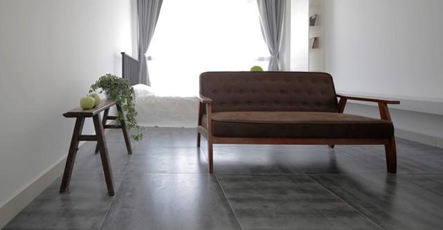 Nơi tiếp khách được bài trí đơn giản với duy nhất một chiếc ghế băng dài êm ái. Món nội thất này có thể di chuyển, xoay mọi hướng hay kéo rê đến bất cứ đâu khi chủ nhà cần có không gian rộng .