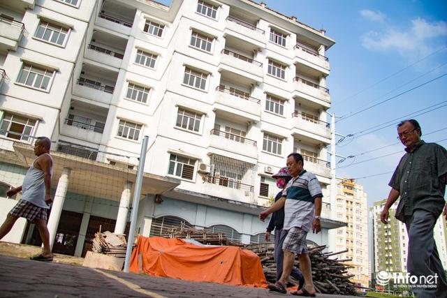 Chia sẻ về việc các khu nhà bị bỏ trống, chị Nguyễn Thị Bích, người dân sinh sống tại khu Sài Đồng cho biết: 3 tòa nhà này bị bỏ hoang từ lúc xây dựng cho đến nay. Nhìn từ bên ngoài cũng thấy hiện trạng xuống cấp rõ rệt. Các ban công bị hoen rỉ, cửa bị khóa, nhiều chỗ tường bị bong tróc.