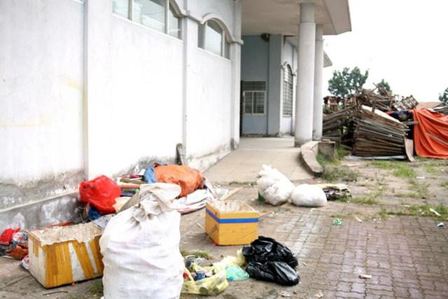 Xung quanh 3 tòa nhà trở thành điểm tập kết rác, phế liệu.
