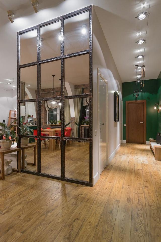 Với diện tích 173m2 ngôi nhà được thiết kế 2 tầng. Không gian tầng 1 là phòng khách, bếp, bàn ăn và một phòng ngủ lớn dành cho bố mẹ.