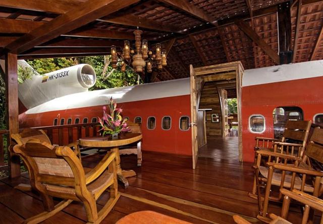 Bên trong ngôi nhà máy bay này, phần lớn nội thất đều được làm từ gỗ sáng màu mang lại cảm giác vô cùng ấm cúng. Không gian phòng khách đơn giản nhưng hiện đại và tinh tế.
