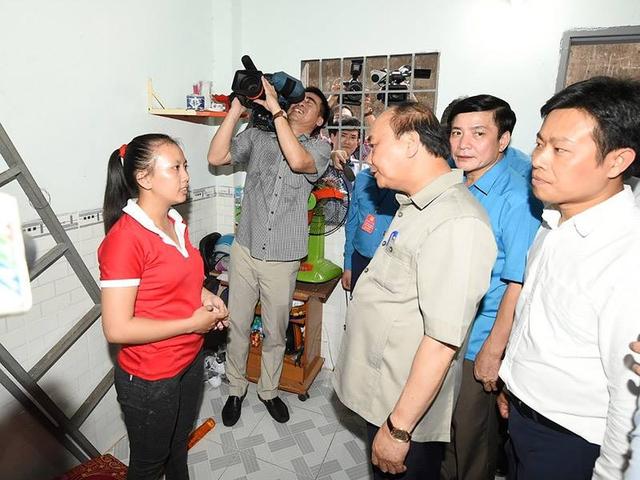 Thủ tướng hỏi thăm các công nhân tại nhà trọ. - Ảnh: VGP